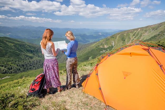 Caminhantes com mapa a explorar na montanha