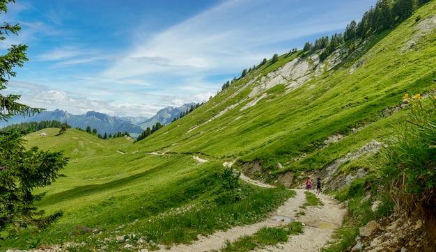 Caminhantes de duas mulheres andando nas montanhas
