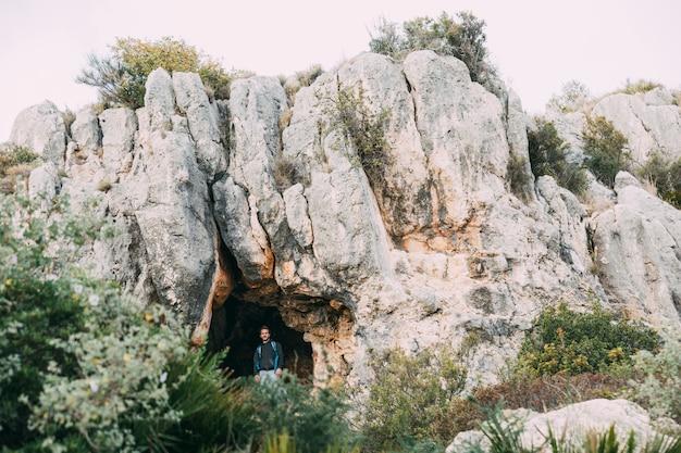 Caminhantes na frente da caverna