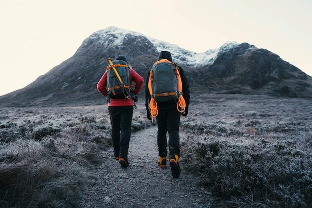 Caminhantes no vale de glen coe nas terras altas da escócia