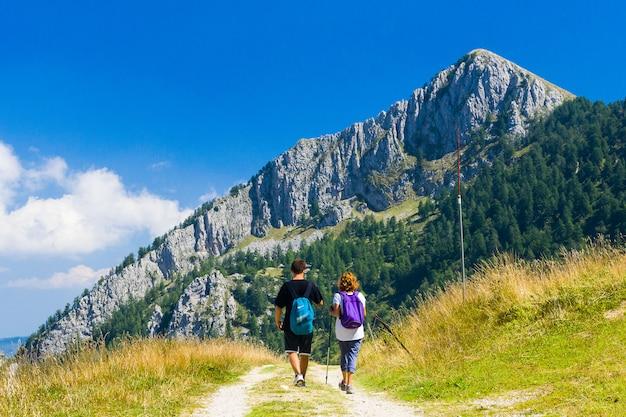 Caminhantes nos alpes da ligúria