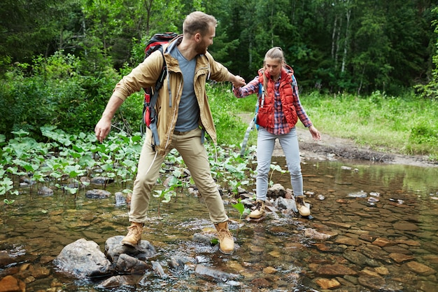 Caminhantes que passam o rio