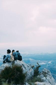 Caminhantes, sentando, rocha
