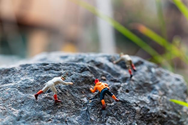 Caminhantes subindo na rocha. conceito de esporte e lazer