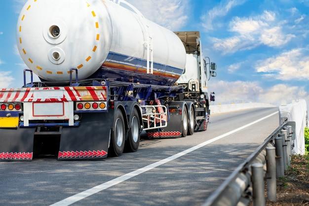 Caminhão a gás na estrada rodoviária com reservatório de óleo do tanque