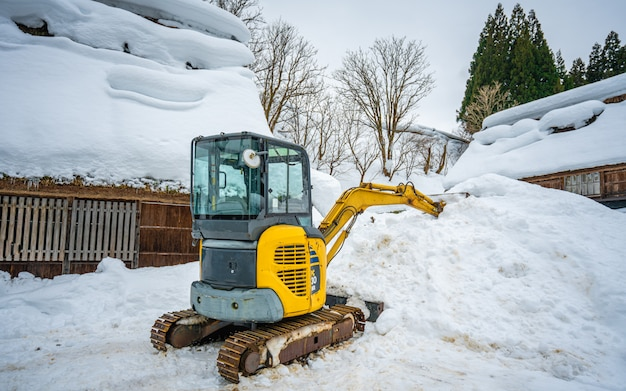 Caminhão arado de neve no inverno