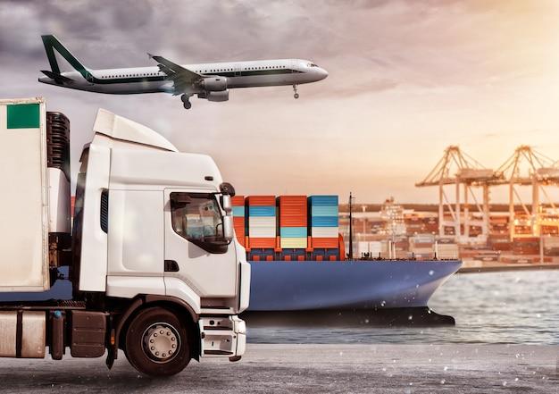 Caminhão, avião e navio de carga em depósito com pacotes prontos para começar a entregar
