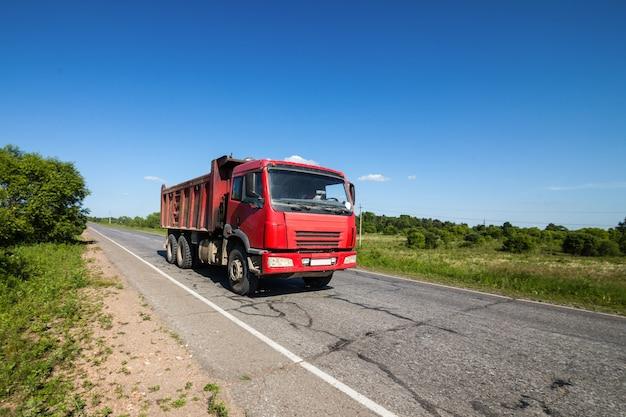Caminhão basculante vermelho em uma estrada