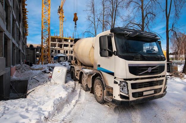 Caminhão betoneira fica em canteiro de obras no inverno
