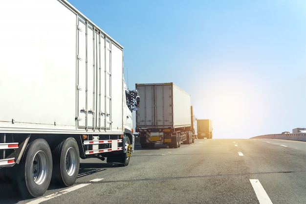 Caminhão branco na estrada rodovia com contêiner, importação, logística de exportação industrial transporte de transporte