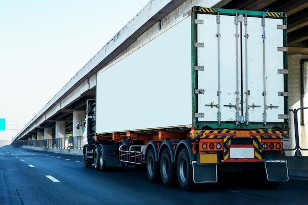 Caminhão branco na estrada rodovia com recipiente