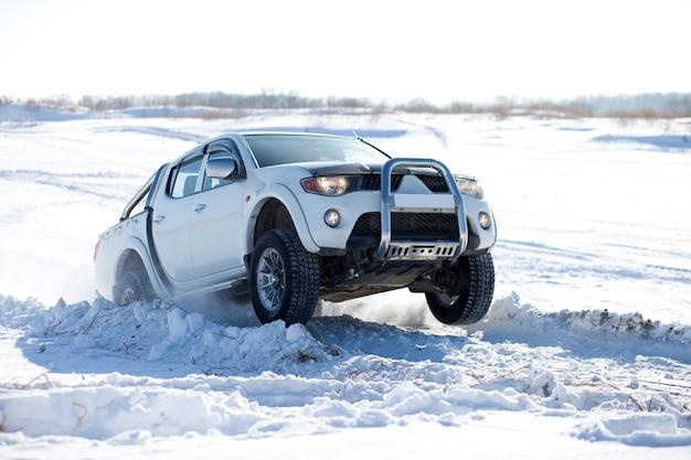 Caminhão branco viajando na neve