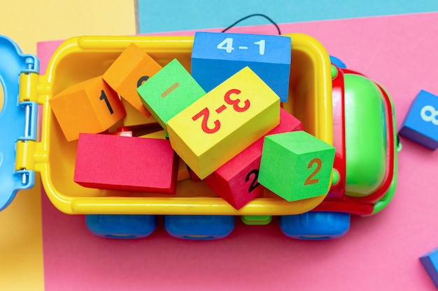 Caminhão cheio de carrinho de construtor de brinquedos de criança infantil colorido