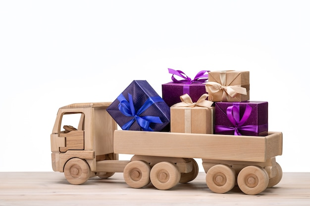 Caminhão com caixas de presentes