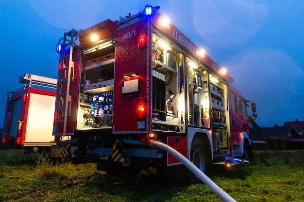 Caminhão de bombeiros com luzes em implantação