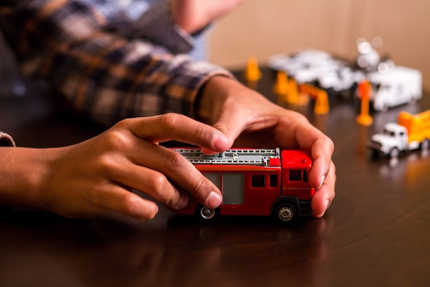 Caminhão de bombeiros de brinquedo vermelho da criança.