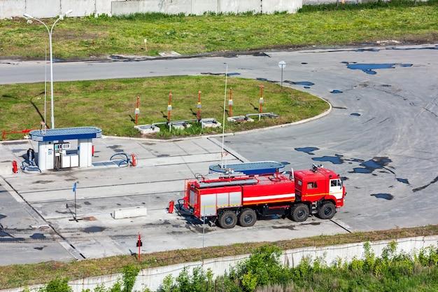 Caminhão de bombeiros do aeródromo em um posto de gasolina