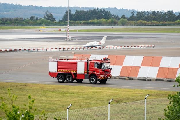 Caminhão de bombeiros no aeroporto da pista de aterrissagem
