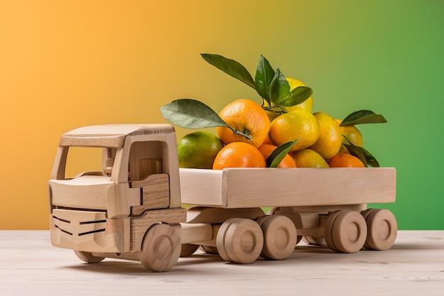 Caminhão de brinquedo com frutas cítricas.