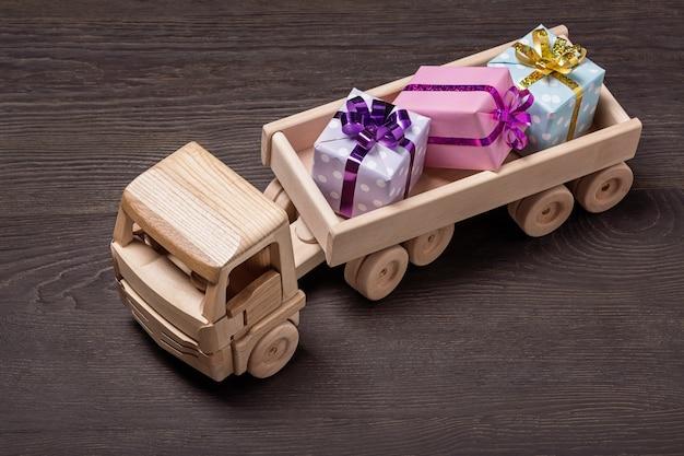 Caminhão de brinquedo de madeira com caixas de presente.