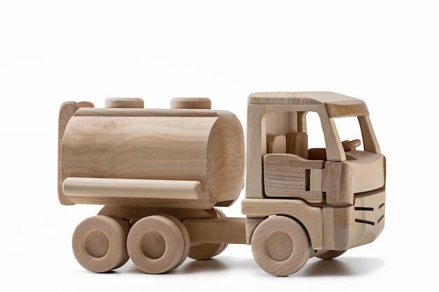 Caminhão de brinquedo de madeira com tanque para transporte de combustível.