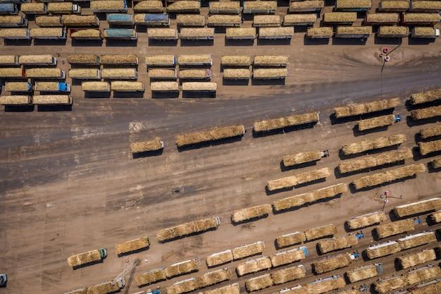 Caminhão de cana-de-açúcar esperando para carregar na importação de açúcar de indústria de fábrica de açúcar e exportação na tailândia