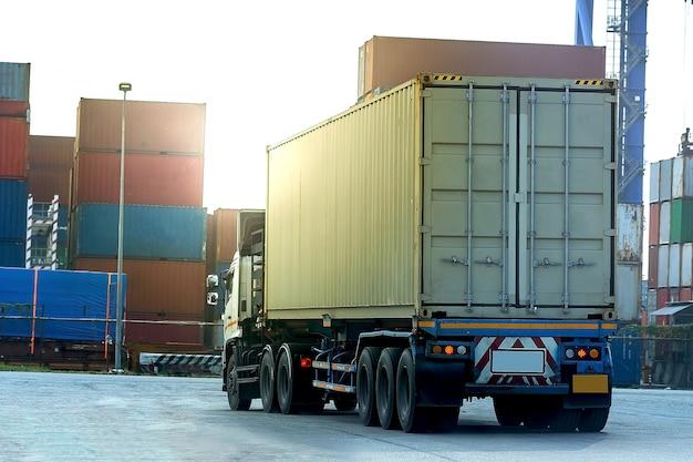 Caminhão de carga branco container no porto de navio logística
