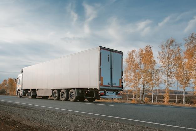 Caminhão de carga na estrada.