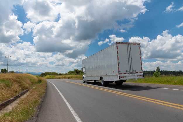 Caminhão de carga para transporte logístico