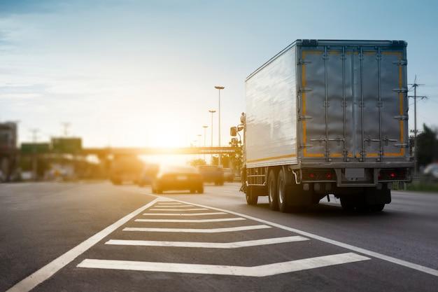 Caminhão de carro dirigindo no transporte rodoviário