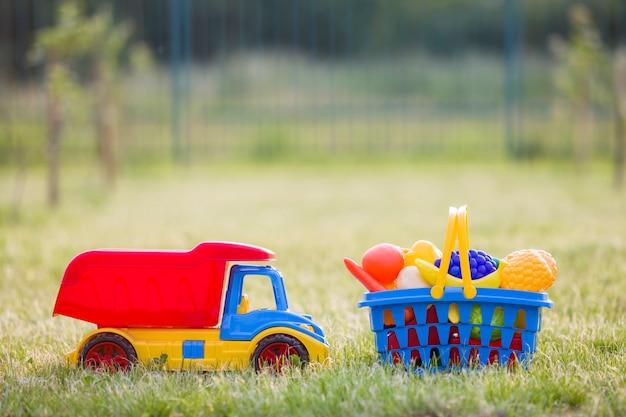 Caminhão de carro e uma cesta com legumes de brinquedo.