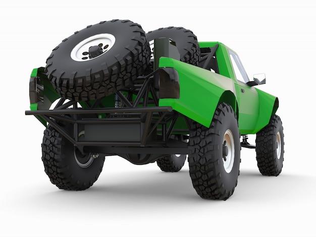 Caminhão de corrida verde mais preparado para o terreno desértico