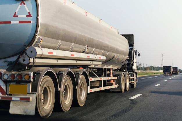 Caminhão de gás ou óleo no contêiner de estrada da estrada, importação, exportação de transporte logístico