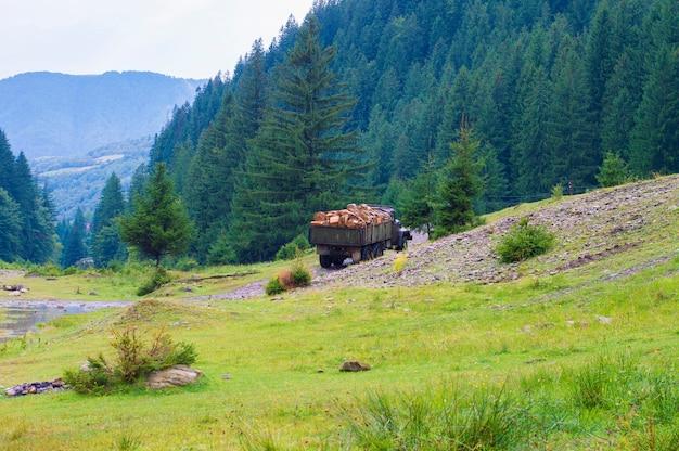 Caminhão de madeira no montanhas