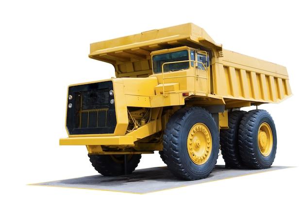 Caminhão de minério em um fundo branco