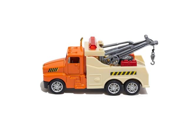 Caminhão de reboque de brinquedo em um fundo branco carro infantil para transportar carros vista lateral