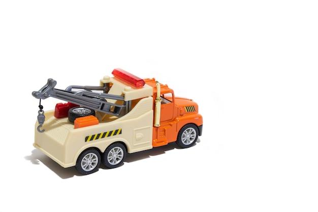 Caminhão de reboque de brinquedo em um fundo branco carro infantil para transporte de carros