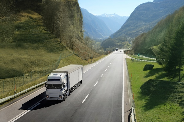 Caminhão de transporte na estrada