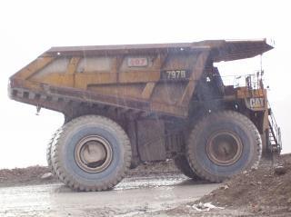 Caminhão de transporte na mina de ouro