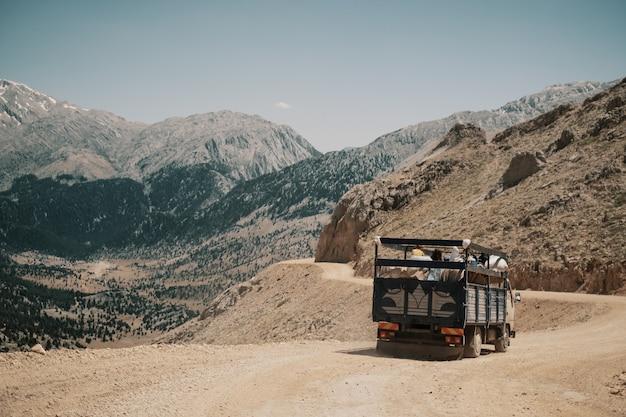 Caminhão dirigindo na estrada da montanha