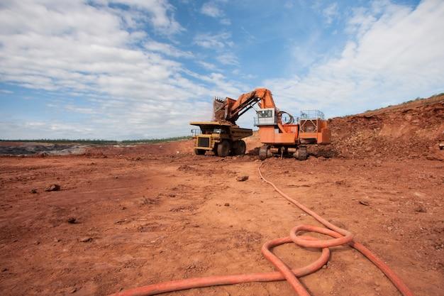 Caminhão está sendo carregado com minério em uma mina