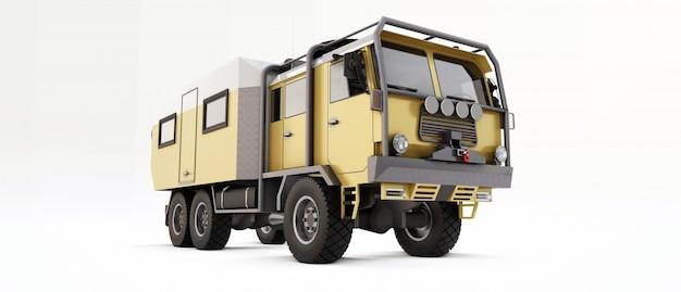 Caminhão grande preparado para expedições longas e difíceis em áreas remotas