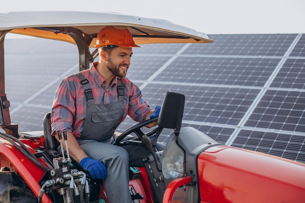 Caminhão homem dirigindo por painéis solares