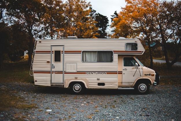 Caminhão marrom centurion rv