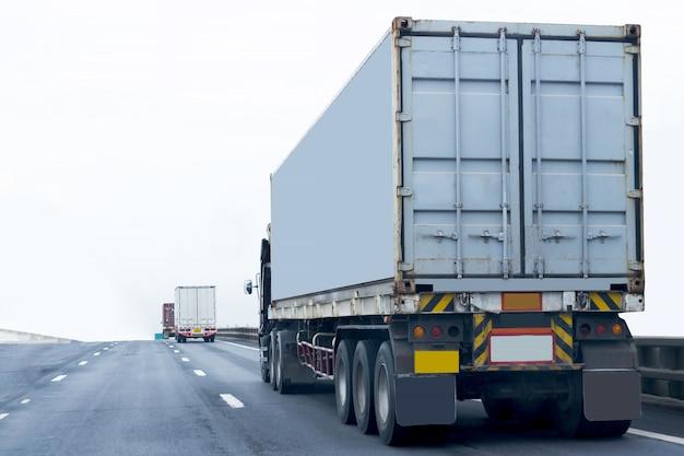 Caminhão na estrada com recipiente, importação, logística de exportação industrial