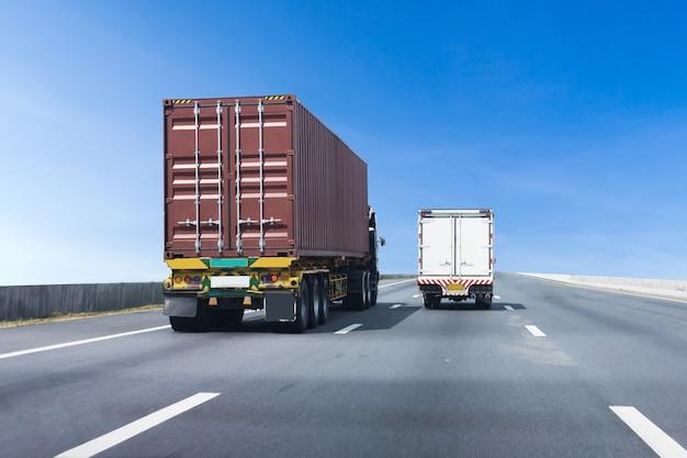 Caminhão na estrada rodovia com contêiner