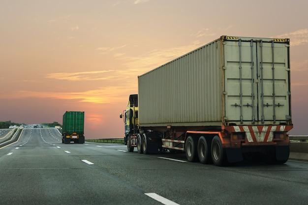 Caminhão na estrada rodovia com recipiente.
