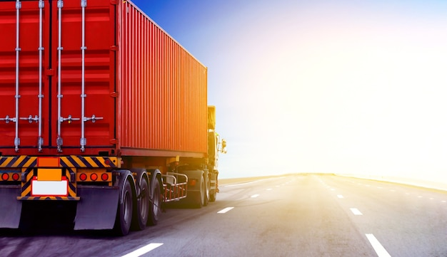 Caminhão na estrada rodoviária com contêiner vermelho, conceito de transporte., importação, exportação logística industrial transporte transporte terrestre na via expressa de asfalto com céu azul