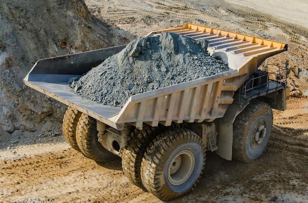 Caminhão na mina a céu aberto