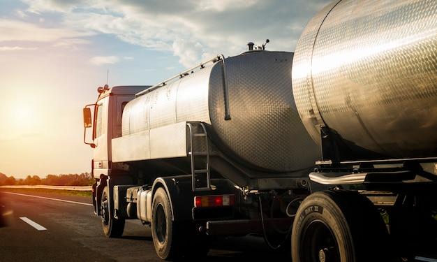 Caminhão na rodovia puxando carga.